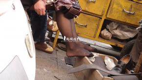 修 鞋 擦 鞋  cctvb出品 修鞋摊 美 女 的 黑 丝 足让我彻底崩溃了 街拍第一站全网原创独发!