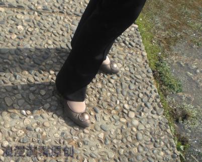 街 拍 棉 袜  晒脚的   少 妇 !这样的棉袜很少见啊!和 丝 袜 一样的 !【6P】 街拍第一站全网原创独发!