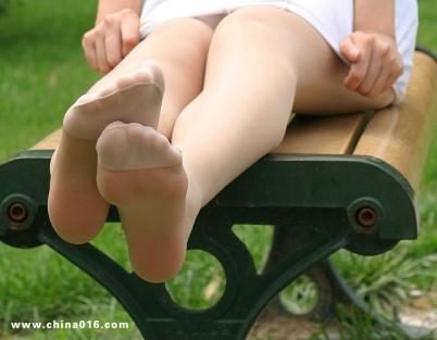 街 拍 棉 袜  足球宝贝的棉袜和 丝 袜 +梦中传神黑袜的诱惑(20P) 街拍第一站全网原创独发!