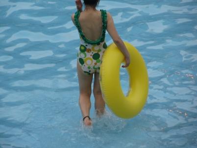 泳 装 美 女  【女大 学 生  】泳池随手拍摄【18P】 街拍第一站全网原创独发!