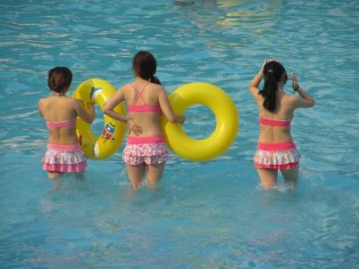 泳 装 美 女  【女大 学 生  】黄色泳池圈【12P】 街拍第一站全网原创独发!