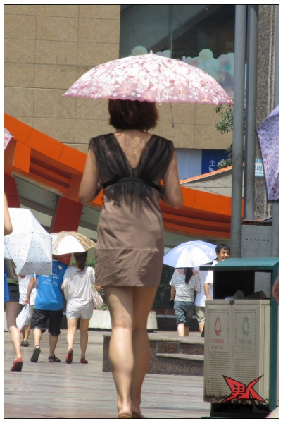 背 影 风 情  【女大 学 生  】大街上的裸背裙装【17P】 街拍第一站全网原创独发!