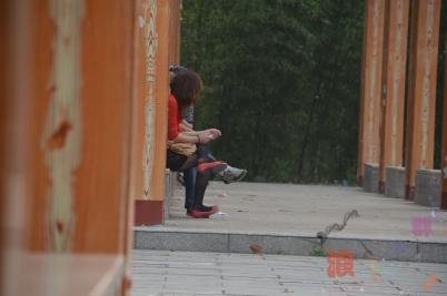 平底帆布  公园长椅上休息的 黑 丝 平底红鞋 少 妇 !【10P】 街拍第一站全网原创独发!