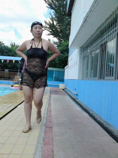 泳 装 美 女  泳池系列之一  穿超经典的透明黑纱泳装的性 感女郎(14P) 街拍第一站全网原创独发!