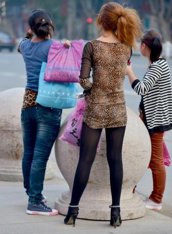豹 纹 美 女  【痞作】豹纹低领裙, 黑 丝 长腿细高跟(11P) 街拍第一站全网原创独发!