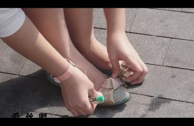 修 鞋 擦 鞋  cctvb出品 MM把鞋脱了在干嘛啊!原来在修鞋!哈哈 街拍第一站全网原创独发!