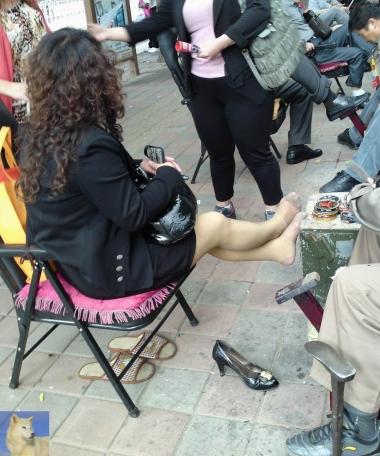 修 鞋 擦 鞋  北狼经典——非常另类的厚 肉 丝 脚踩裤袜配薄短肉 丝 袜 的女白领在修鞋(14P) 街拍第一站全网原创独发!