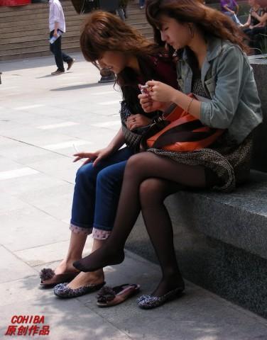 丝 袜 美 足  【COHIBA原创作品】两个抽烟的MM, 黑 丝 尤其抢眼【20P】 街拍第一站全网原创独发!