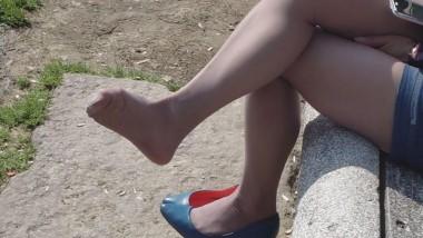 丝 袜 挑 鞋 视频  cctvb出品 十集特写奉献:最后一集:灰丝兰船高MM脱了高跟鞋, 丝 足 特写!10 街拍第一站全网原创独发!