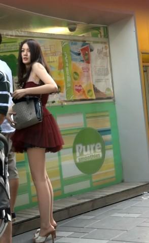 短 裙 视频  f红色超短裙美眉,丰满白皙的诱人身材 街拍第一站全网原创独发!
