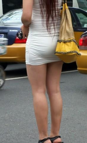 短 裙 视频  丰满翘TUN 白色包TUN 裙MM 街拍第一站全网原创独发!