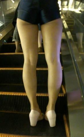 美 腿 视频   火辣超短裤 美 女 ,这裤子也太短了吧 街拍第一站全网原创独发!