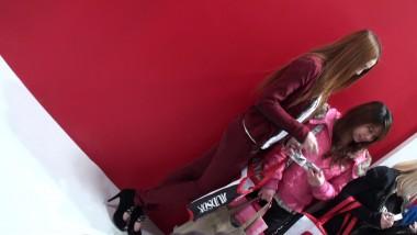 展 会 视频  红色紧身裤 美 女 模特,身材不是一般的好 街拍第一站全网原创独发!