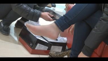 丝 足 视频  先是 肉 丝 试鞋,然后脱了袜子调皮的把脚放在地砖上 街拍第一站全网原创独发!
