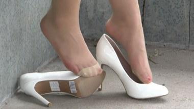 丝 袜 挑 鞋 视频  cctvb炎热夏季重磅出击:白高 肉 丝 疯狂玩鞋! 街拍第一站全网原创独发!