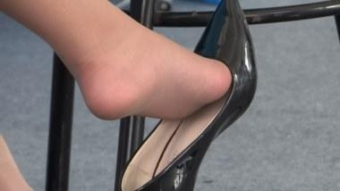 丝 袜 挑 鞋 视频  cctvb出品  端庄OL~~我醉了~~挑鞋玩鞋~~ 街拍第一站全网原创独发!
