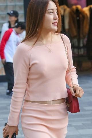 [权限要求:两年期VIP及以上]  请仔细看 肉 丝 高跟包腚裙 美 女 的腰部细节,是T档  丝 袜 哦 街拍第一站全网原创独发!