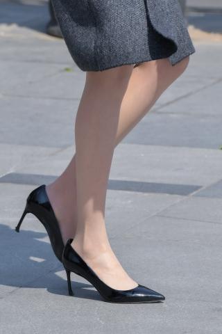 [权限要求:三年期VIP及以上]  风衣下的 丝 袜  高跟熟腿优雅而行 街拍第一站全网原创独发!