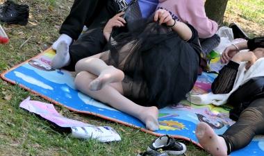 [权限要求:三年期VIP及以上]  【jim2】草地上休息的长腿 丝 袜   美 女 (20p) 街拍第一站全网原创独发!
