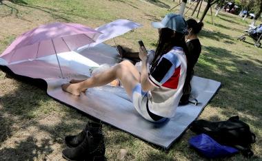 [权限要求:三年期VIP及以上]  【jim2】草地上戴帽子墨镜长腿肉 丝 袜 袜  美 女 (15p) 街拍第一站全网原创独发!