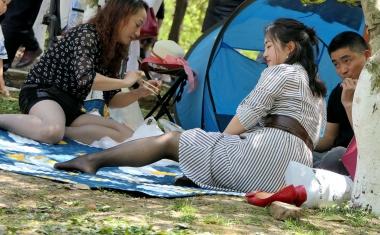 [权限要求:三年期VIP及以上]  【jim2】草地上条裙  黑 丝  美 女 (20p) 街拍第一站全网原创独发!