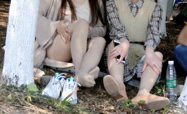 [权限要求:三年期VIP及以上]  【jim2】草地上两个 长腿肉 丝 袜  美 女 (17p) 街拍第一站全网原创独发!