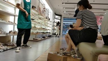 洗面奶视频  身材高挑的棉袜美 女和闺蜜一起试穿凉鞋[06:20] 街拍第一站全网原创独发!