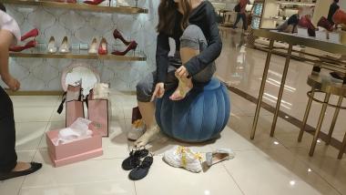 洗面奶视频  脚趾很整齐的棉袜美 女试穿婚鞋[03:21] 街拍第一站全网原创独发!