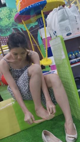 101264331视频  亲子乐园年轻气质美妈清凉船袜穿鞋4K视频3分38秒 街拍第一站全网原创独发!