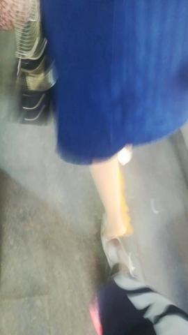 wangjunren视频  着急送孩子的**高跟鞋被踩掉了 街拍第一站全网原创独发!