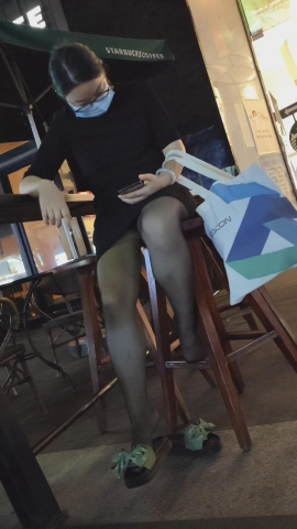 101264331视频  年轻宝妈黑色连衣裙黑 丝拖鞋室外室内两部视频 街拍第一站全网原创独发!