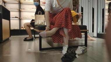 洗面奶视频  同款指甲油玉足闺蜜试鞋[02:39] 街拍第一站全网原创独发!