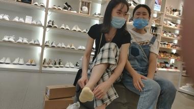 洗面奶视频  两个白嫩玉足美 女试穿同款鞋[05:42] 街拍第一站全网原创独发!