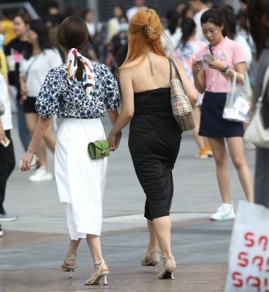 【珏一笑而过】黑裙高跟小** - 街拍图片发布- 街拍第一站