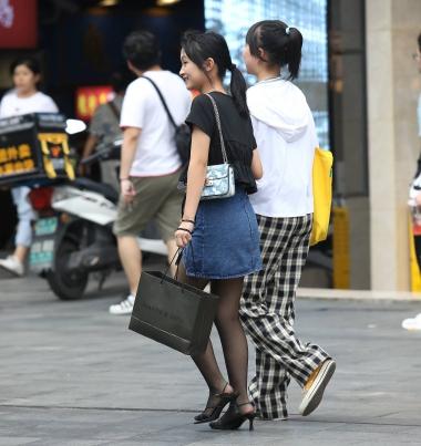 【珏一笑而过】诱惑黑 丝妹子 - 街拍图片发布- 街拍第一站