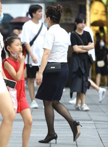 街拍图片发布  【珏一笑而过】诱惑黑 丝高跟OL 街拍第一站全网原创独发!