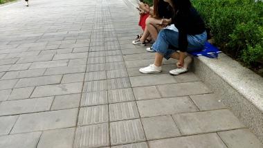洗面奶视频  路边偶遇帆布鞋棉袜美 女[02:30] 街拍第一站全网原创独发!