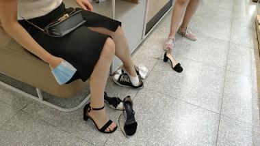 洗面奶视频  嫩足短袜姐妹试穿凉鞋[02:40] 街拍第一站全网原创独发!