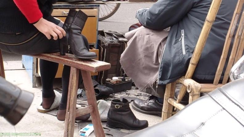 修 鞋 擦 鞋  cctvb出品 修鞋摊的诱惑之 SHU FU  黑 丝 2(80M) 街拍第一站全网原创独发!