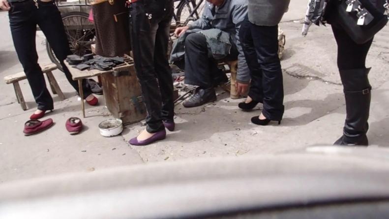 修 鞋 擦 鞋  cctvb出品 修鞋摊旁的短丝诱惑2(19P) 街拍第一站全网原创独发!