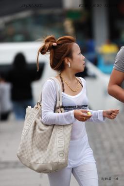 平底帆布  时尚半透长袖衫、白裤、大号LV白包、平底-8P 街拍第一站全网原创独发!