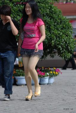豹 纹 美 女  粉T恤、豹纹裙、麻布装饰厚底凉鞋、浅黄丝-9P 街拍第一站全网原创独发!
