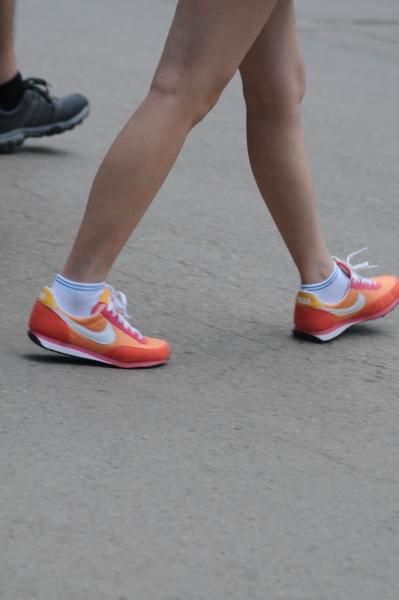 街 拍 棉 袜  橘红运动鞋,白棉袜mm(9p) 街拍第一站全网原创独发!