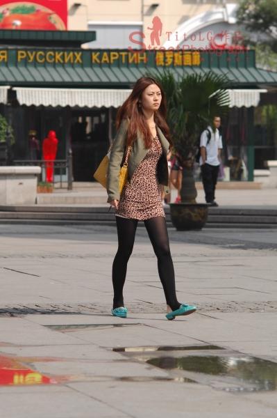 豹纹美女  绿衣、豹纹、黑丝、平底鞋 12P 街拍第一站全网原创独发!