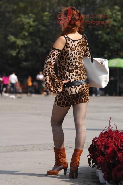 豹纹美女  红发、豹纹、米色纹丝、矮靴 (二) 10P 街拍第一站全网原创独发!