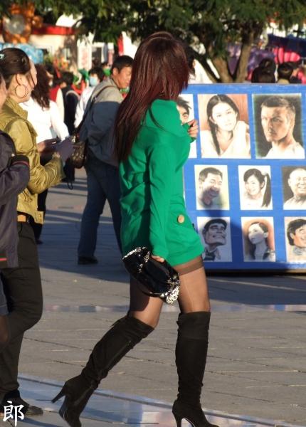 皮裤长靴  【郎】三少妇同游,绿风衣亮黑丝 高跟长靴这个最打眼【7P】 街拍第一站全网原创独发!