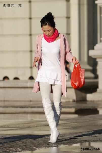 皮 裤 长 靴  精彩2009-白色尖头细高跟过膝长靴、白色厚裤袜、白色连衣超 短裙、粉丝巾-12P 街拍第一站全网原创独发!