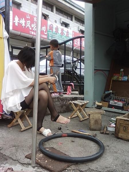修 鞋 擦 鞋  黑色脚踩库的修鞋妹妹,露出裸脚,我热呀(8P) 街拍第一站全网原创独发!