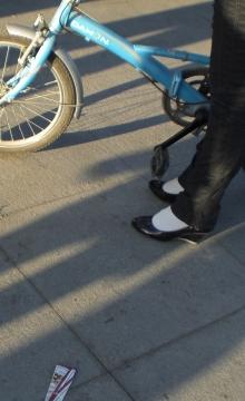 街 拍 棉 袜  戴孩子  少 妇 的棉袜高跟 街拍第一站全网原创独发!