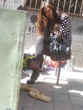修 鞋 擦 鞋  **且 的 黑 丝   少 妇 翘起二郎腿修鞋,我都直了(33P) 街拍第一站全网原创独发!
